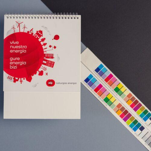 Impresión de calendario en color con tira de prueba FOGRA
