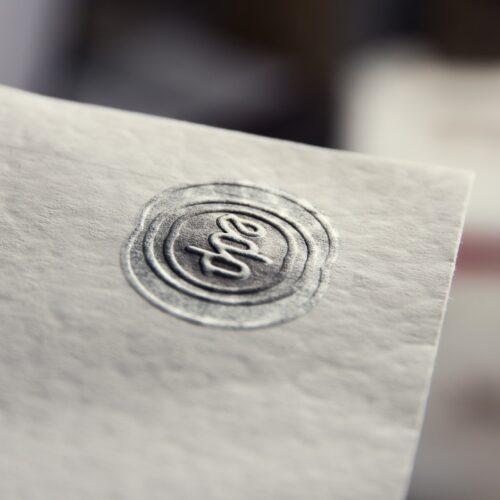 Detalle del relieve y la textura del papel algodón