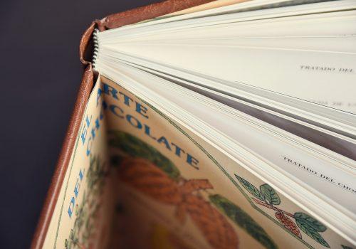 Detalle de encuadernación de libro en tapa dura